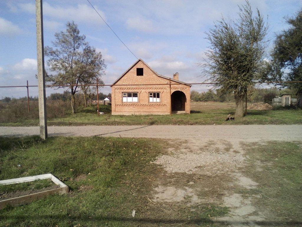 Дом у соседей давно построен на меже